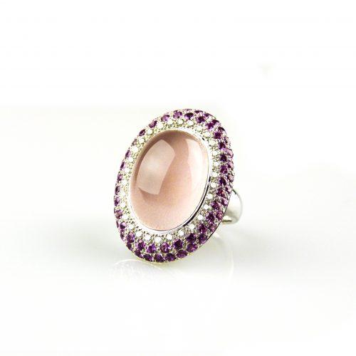 ring in wit goud gezet met roze kwarts cabochon roze saffier en diamant