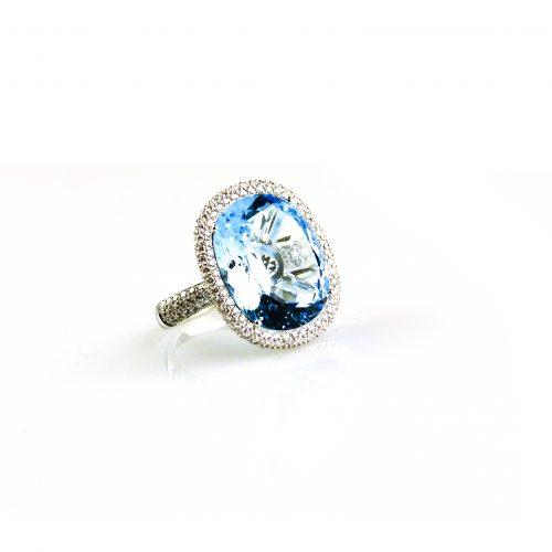 ring in wit goud gezet met blauwe topaas en diamant
