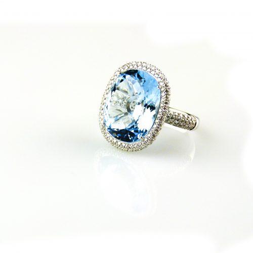 ing in wit goud gezet met blauwe topaas en diamant