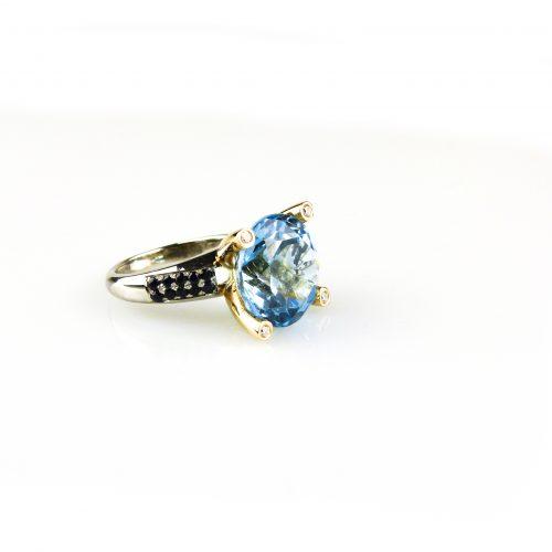 ring in wit goud en roos goud gezet met blauwe topaas blauwe saffier en diamant