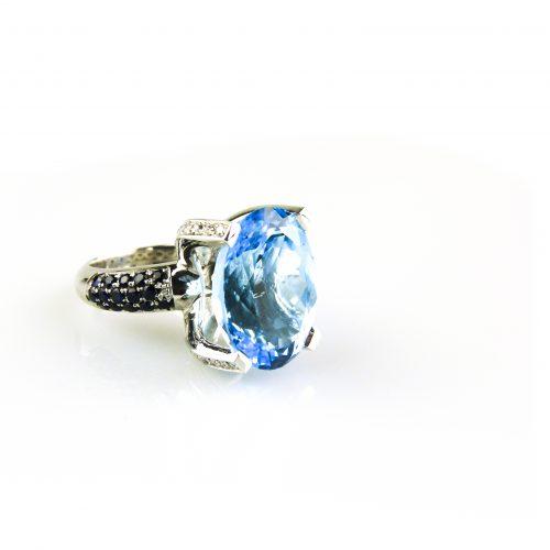 ring in wit goud gezet met blauwe topaas blauwe saffier en diamant