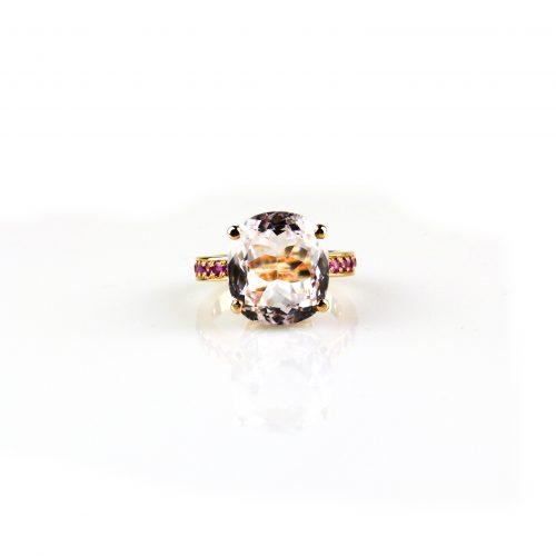 ring in roos goud gezet met roze saffier en kunziet