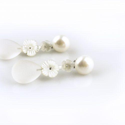 oorbellen oorringen in wit goud gezet met witte parel bergkristal mat en parelmoer bloemen