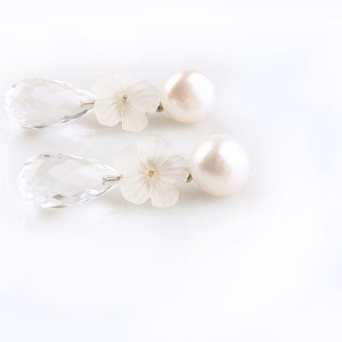 oorbellen oorringen in wit goud gezet met witte parel bergkristal en bloem in bergkristal