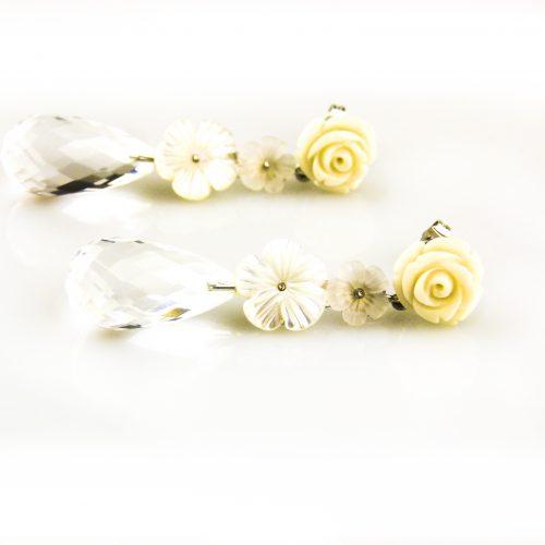 oorbellen oorringen in wit goud gezet met bergkristal parelmoer en witte bloem
