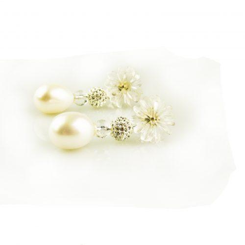 oorbellen oorringen in wit goud gezet met witte parel en bergkristal bloem