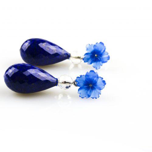 oorbellen oorringen in wit goud gezet met lapis lazuli bergkristal en blauwe chalcedoon bloem