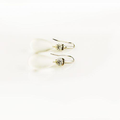 oorbellen oorringen in wit goud gezet met matte bergkristal