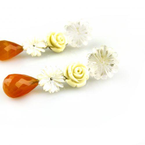 oorbellen oorringen in wit goud gezet met bergkristal bloem parelmoer en carneool