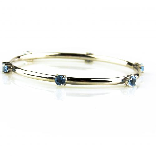 armband in wit goud gezet met blauwe topaas