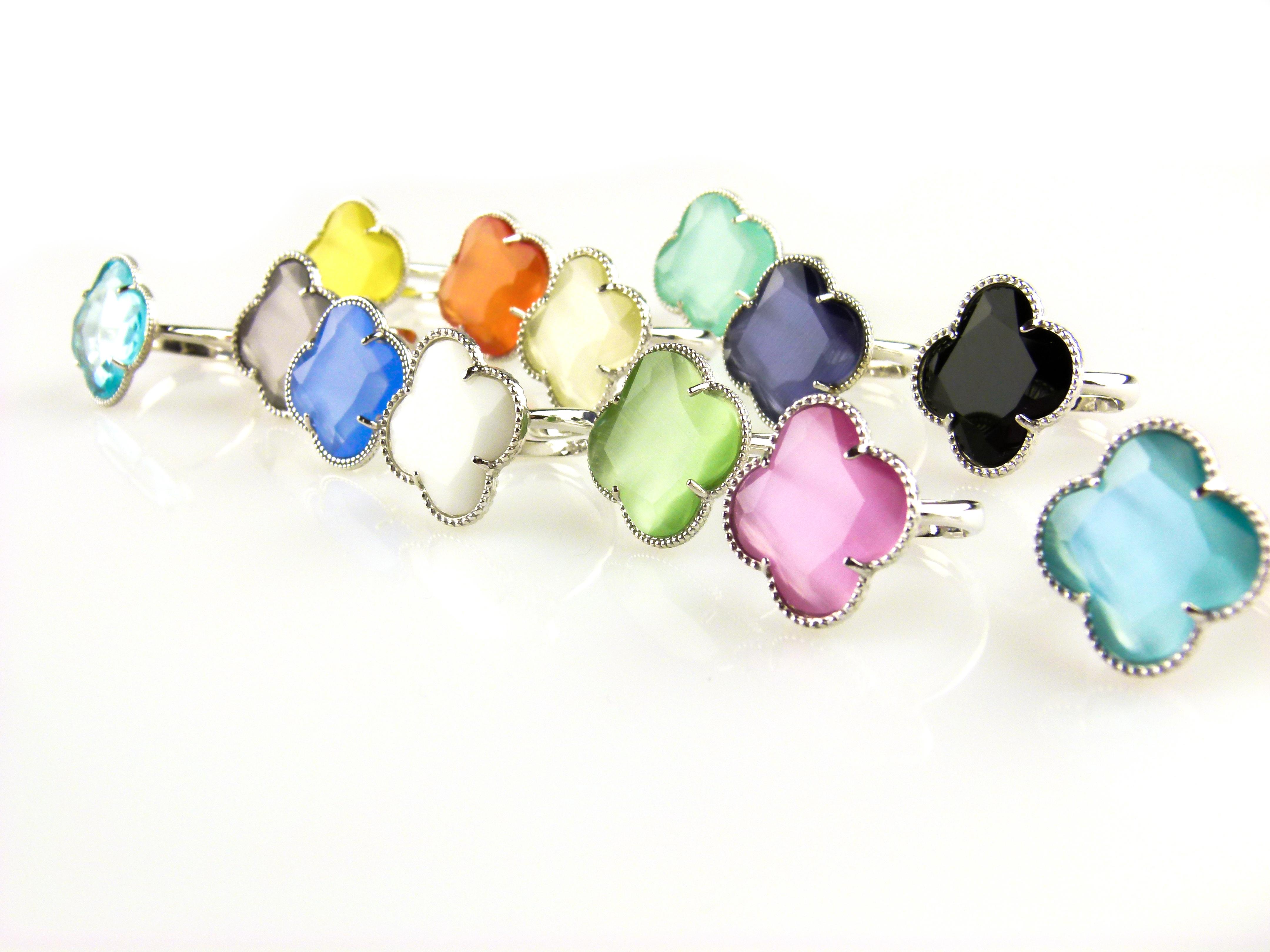 zilveren ringen gekleurde stenen klavers