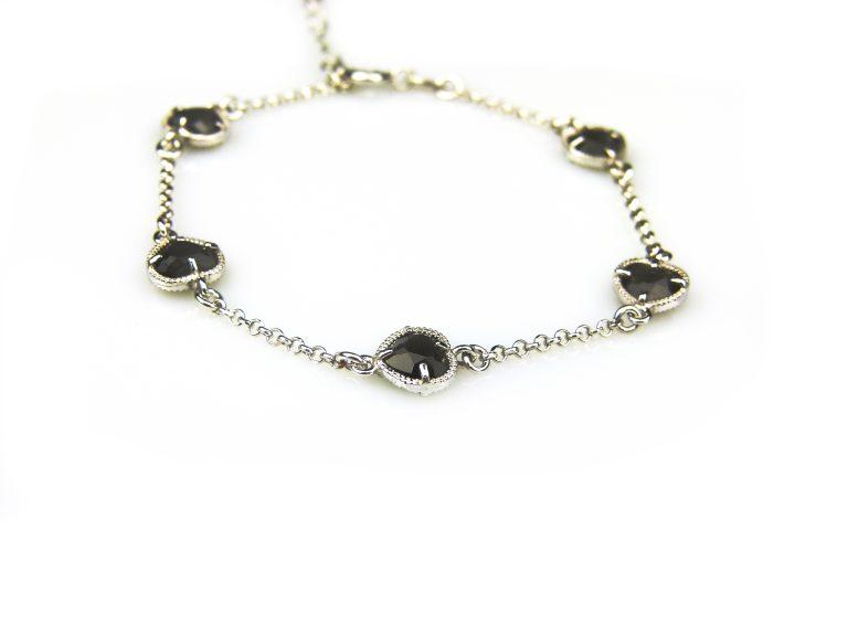 zilveren armband met zwarte steentjes hartjes