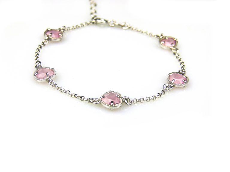 zilveren armband met roze steentjes hartjes