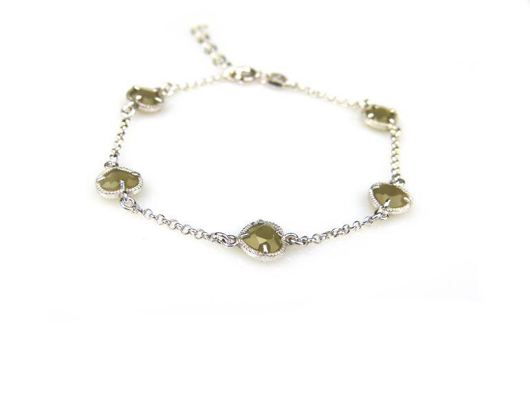 zilveren armband met kaki steentjes hartjes