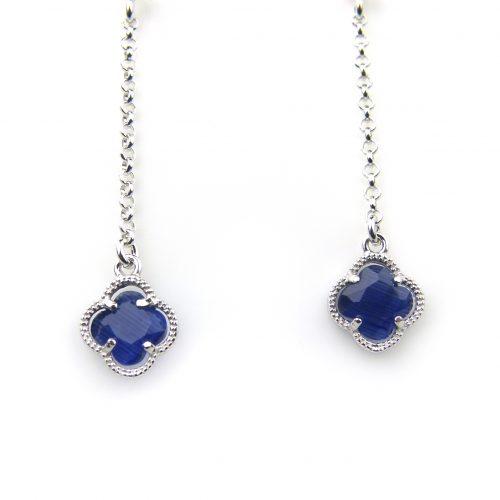 oorringen in zilver met donkerblauw steentje bloem