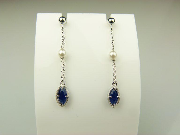 oorringen in zilver met blauw steentje en parel