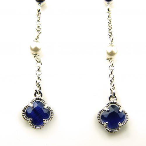 oorringen in zilver met donkerblauw steentje bloem en parel
