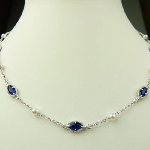 zilveren ketting met donkerblauw steentje en parel