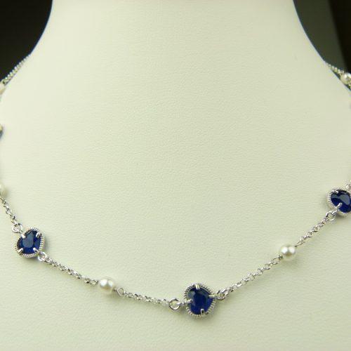 zilveren ketting met donkerblauw steentje hart en parel