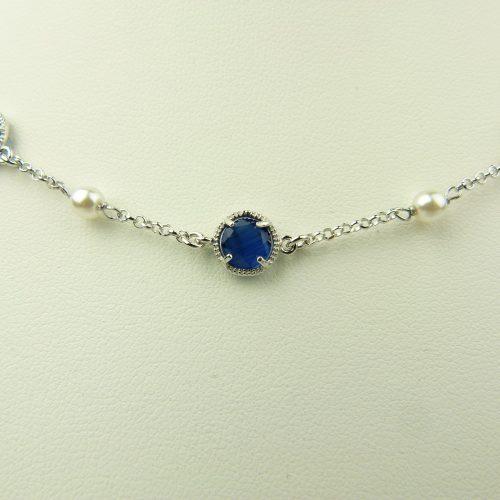 zilveren ketting met donkerblauw rond steentje en parel