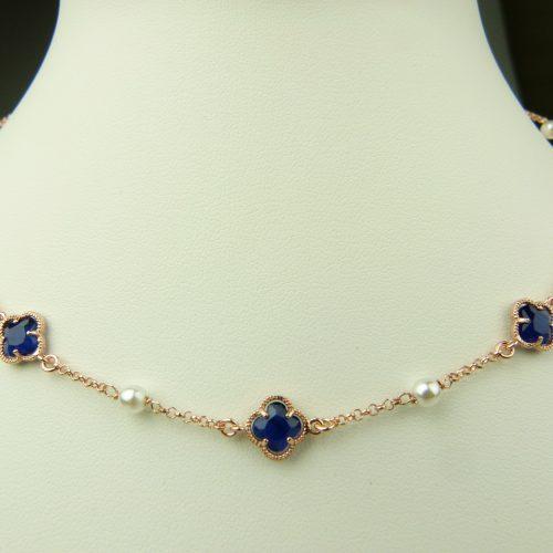 zilveren ketting met donkerblauw steentje bloem en parel