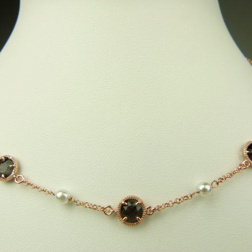 zilveren ketting rosé goud verguld met donkergrijs steentje en parel