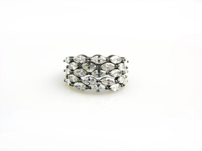 zilveren ring zwart verguld gezet met witte stenen cubic zirconia