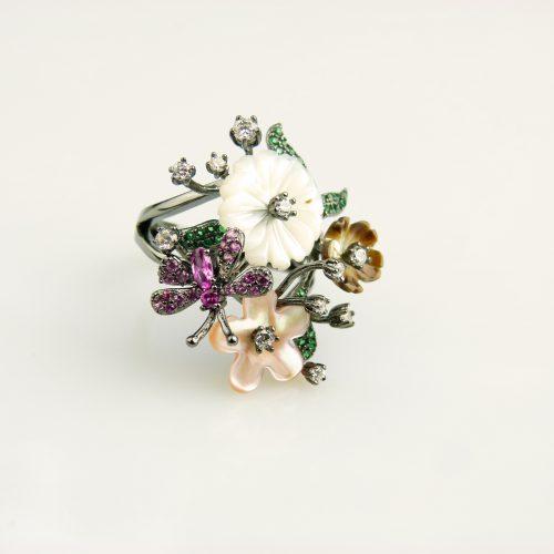 zilveren ring gezet met bloemen en cubic zirconia