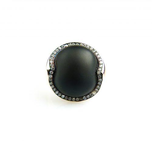 zilveren ring gezet met zwarte steen en cubic zirconia