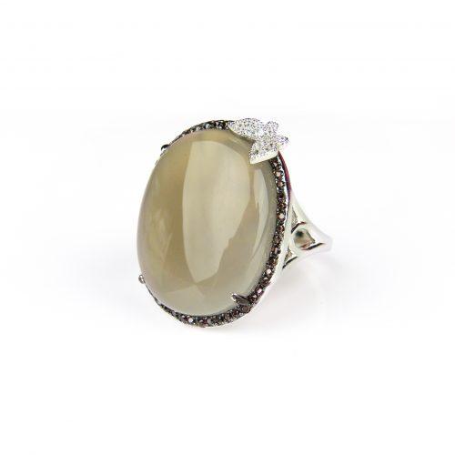grote zilveren ring gezet met bruin grijze steen