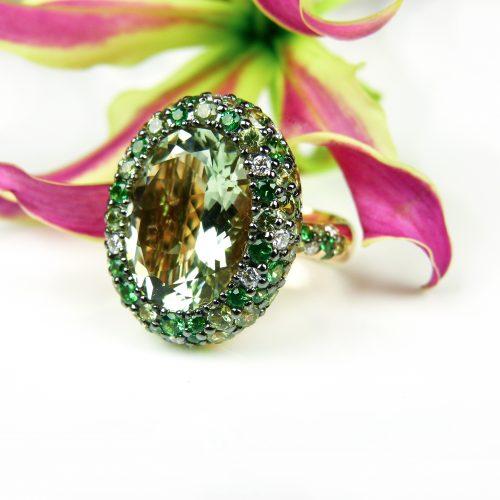 ring in geel goud gezet met groene kwarts peridoot grone saffier en diamant