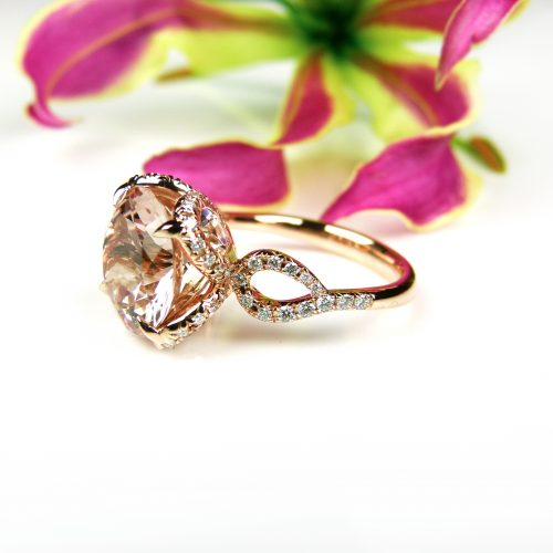 ring in roos goud gezet met morganiet en diamant