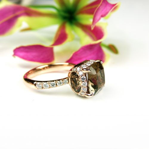 ring in roos goud gezet met rookkwarts en diamant