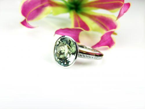 ring in wit goud gezet met groene kwarts en diamant