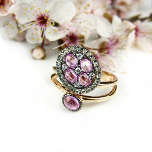 ring in roos goud gezet met roze saffier, groene saffier en diamant