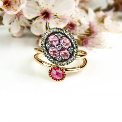 ring in roos goud gezet met diamant, groene saffier, roze saffier en rode saffier