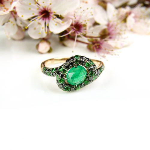ring in roos goud gezet met zwarte diamant smaragd en tsavoriet