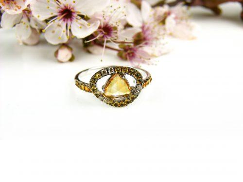 ring in wit goud gezet met bruine diamant en citrien