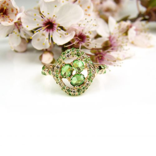 ring in roos goud gezet met bruine diamant en tsavoriet