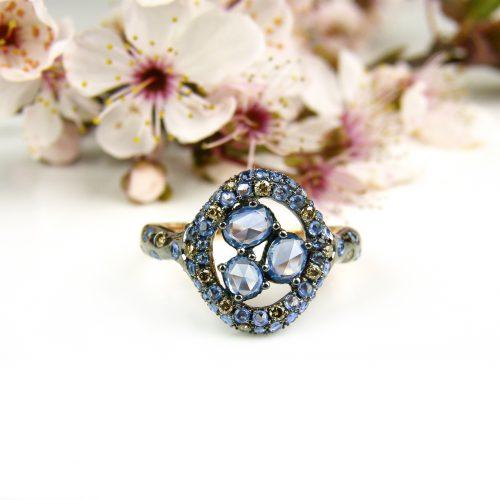 ring in roos goud gezet met blauwe saffier en bruine diamant