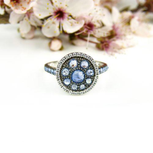 ring in wit goud gezet met blauwe saffier en diamant