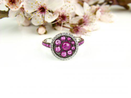 ring in wit goud gezet met robijn e diamant