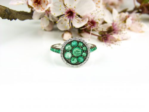 ring in wit goud gezet met smaragd en diamant