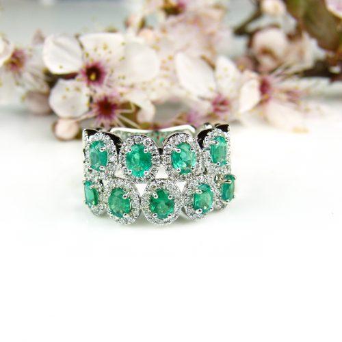 wit gouden ring gezet met diamant en smaragd