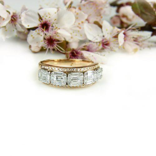 ring in roos en wit goud gezet met diamant en diamant bagetten
