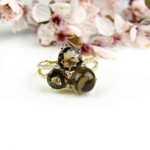 ring in geel goud gezet met rookkwarts en diamant