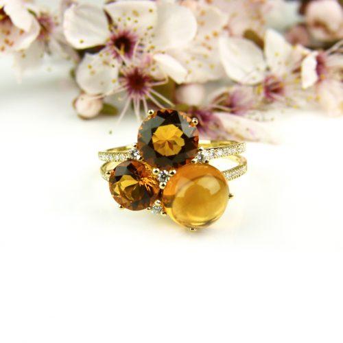 ring in geel goud gezet met citrien en diamant