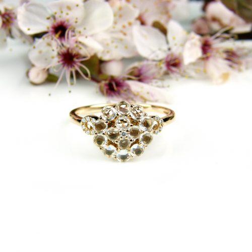 ring in roos goud gezet met diamant en witte topaas