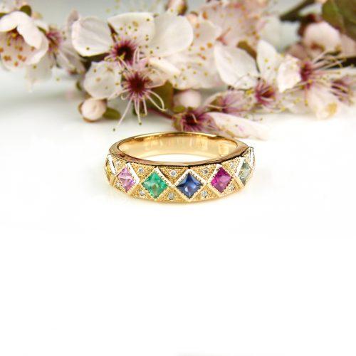 ring in roos goud gezet met gekleurde halfedelstenen