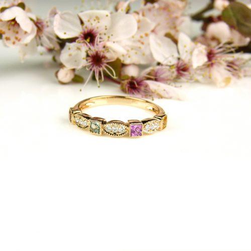 ring in roos goud gezet met diamant en gekleurde saffieren